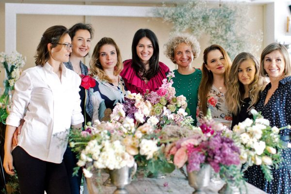 Ioana Uretu (In the center/purple dress) sorrounded by the workshop participants and their floral arrangements.